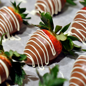 chocolate_covered_strawberries_tray_of_chocolate_covered_strawberries_with_drizzle1-sm